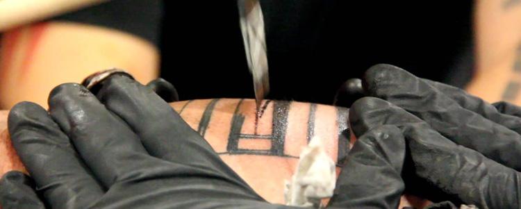 Tatuagem feita à mão