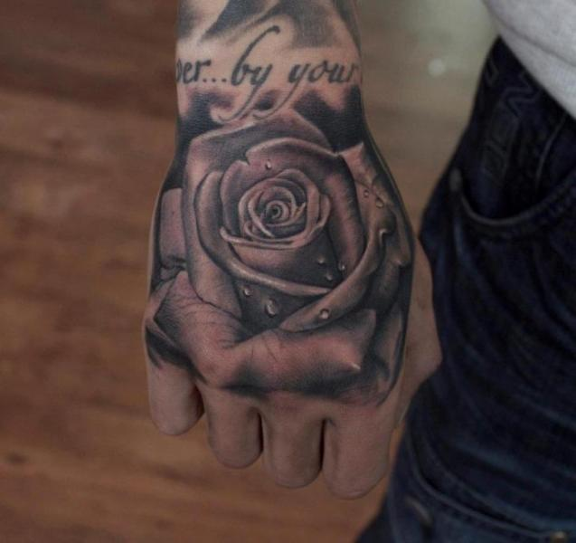 Tatouage Réaliste Fleur Main Rose par Dragstrip Tattoos
