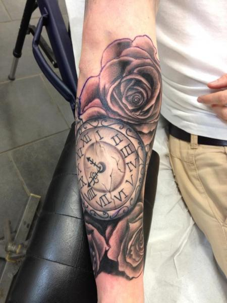 tatouage bras r aliste horloge fleur par evolution tattoo. Black Bedroom Furniture Sets. Home Design Ideas