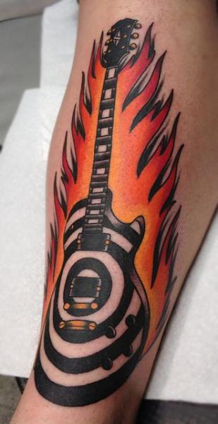 tatouage bras guitare flamme par black 13 tattoo