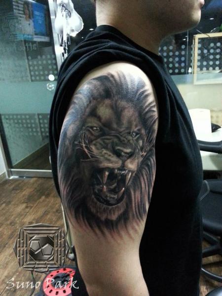 Tatouage paule r aliste lion par tattoo korea - Tatouage lion epaule ...