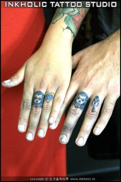 Tatouages doigts ides de tatouage doigt main femme tete de loup rose tatouage sur les doigts - Tatouage doigt prix ...