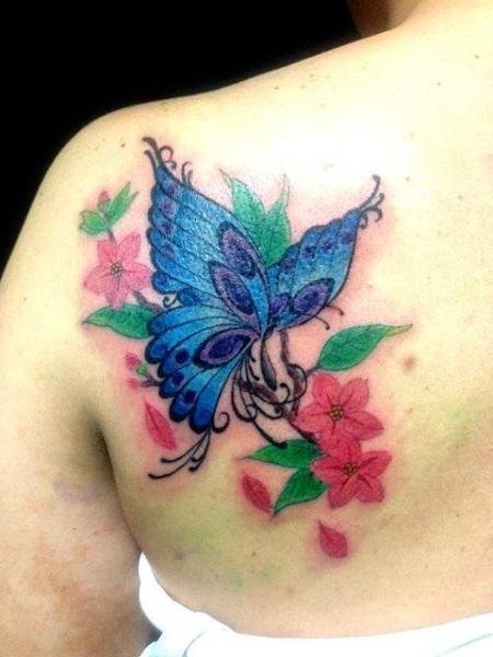Tatouage paule papillon par wizdom tattoo - Tatouage papillon epaule ...