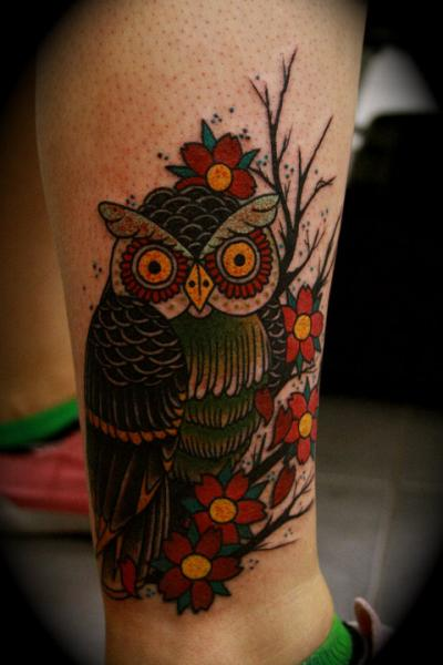 tatouage old school jambe hibou par all star ink tattoos. Black Bedroom Furniture Sets. Home Design Ideas