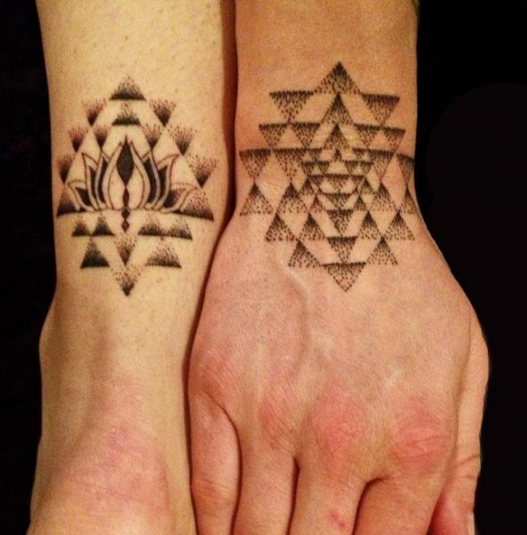 tatouage main dotwork g om trique par rainfire tattoo. Black Bedroom Furniture Sets. Home Design Ideas