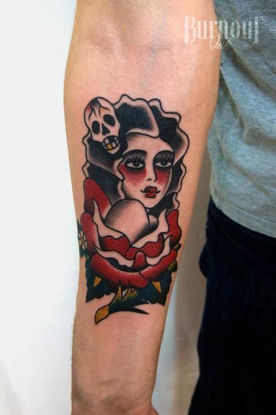 tatuaje brazo old school flor mujer por burnout ink. Black Bedroom Furniture Sets. Home Design Ideas