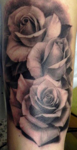 Tatouage Bras Réaliste Fleur par Xavi Tattoo