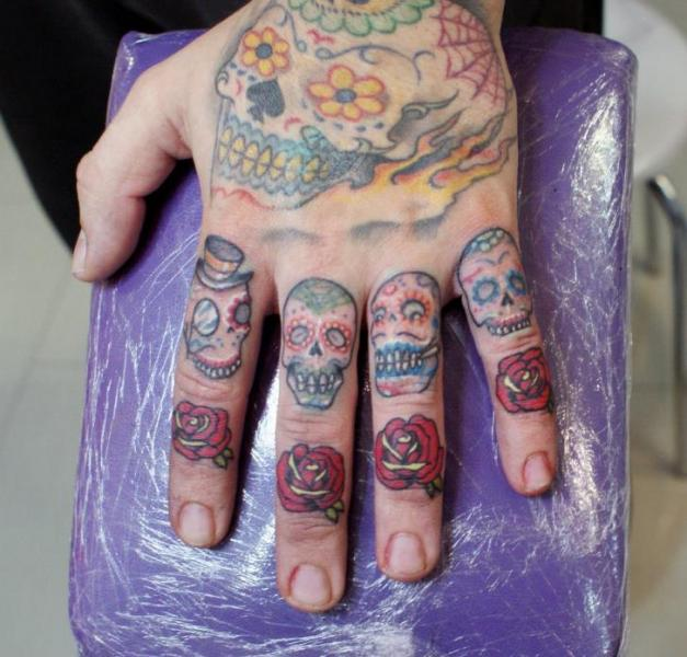 tatouage old school doigt par astin tattoo. Black Bedroom Furniture Sets. Home Design Ideas