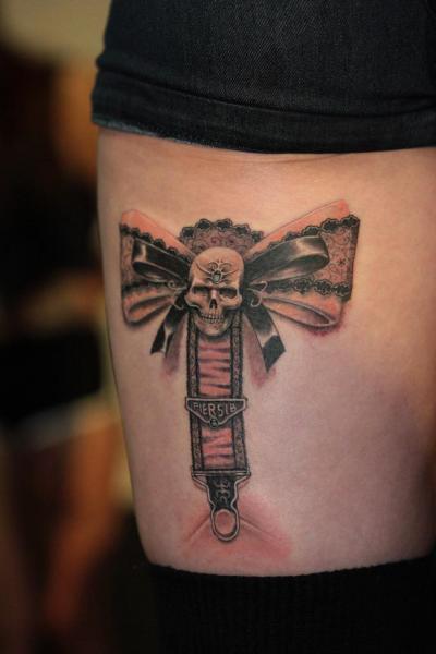 tatouage r aliste cuisse 3d jarreti re par mai tattoo. Black Bedroom Furniture Sets. Home Design Ideas