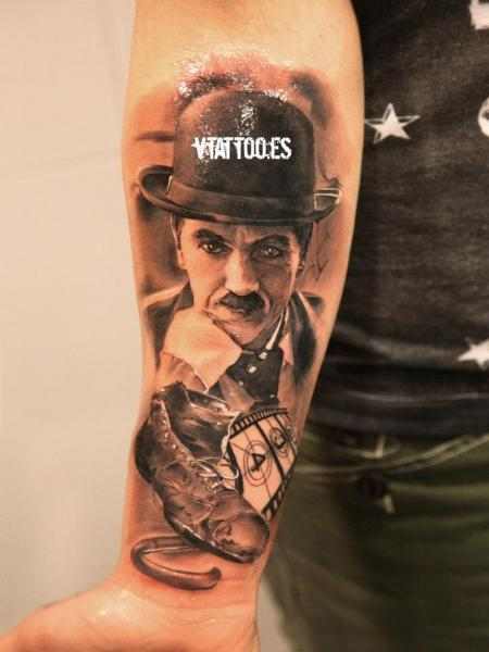 tatouage bras r aliste charlie chaplin par v tattoos. Black Bedroom Furniture Sets. Home Design Ideas