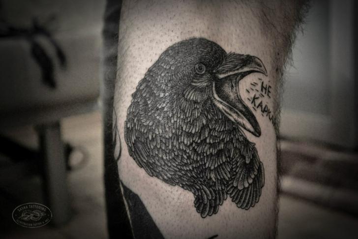 Tatouage bras dotwork corbeau par baraka tattoo - Tatouage corbeau signification ...