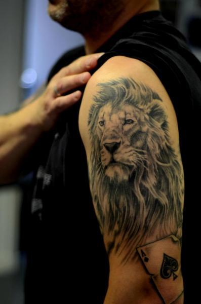 Tatouage paule lion as pique par colin jones - Tatouage lion epaule ...