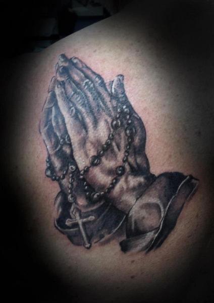 tatuagem mao rezando para ombro masculino