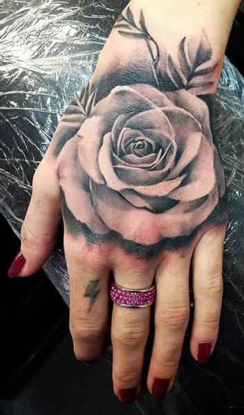 tatouage r aliste fleur main rose par tattoo nero. Black Bedroom Furniture Sets. Home Design Ideas