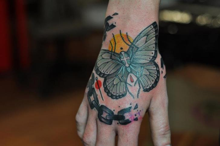 Tatouage main papillon papillon de nuit par mark halbstark - Tatouage papillon de nuit ...