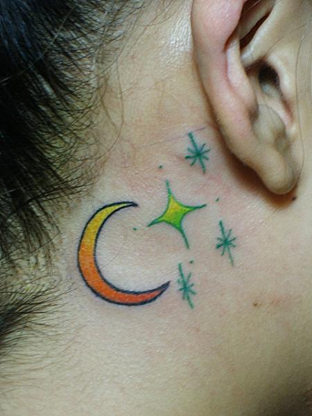 tatouage toile lune oreille par daichi tattoos artworks. Black Bedroom Furniture Sets. Home Design Ideas
