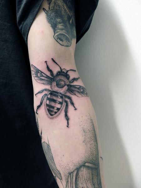 tatouage bras dotwork abeille par jan mr z. Black Bedroom Furniture Sets. Home Design Ideas
