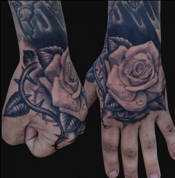 Tatouage Fleur Main Rose par Jamie Lee Parker
