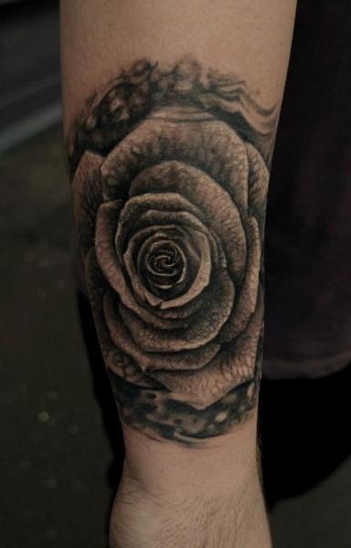 Tatuaggio braccio realistici fiore rose di matthew james for Bussola tattoo significato
