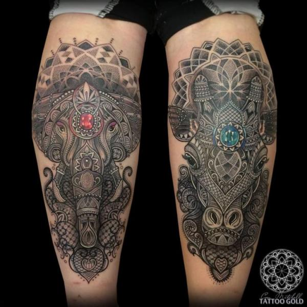 tatouage veau elephant dotwork girafe diamant par coen mitchell. Black Bedroom Furniture Sets. Home Design Ideas