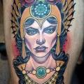 New School Oberschenkel Frau tattoo von Cloak and Dagger Tattoo