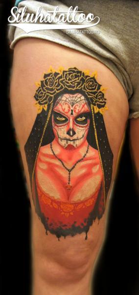 Mexikanischer Totenkopf Oberschenkel Tattoo von Siluha Tattoo