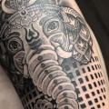 tatuagem Braço Religiosas Dotwork por Nissaco
