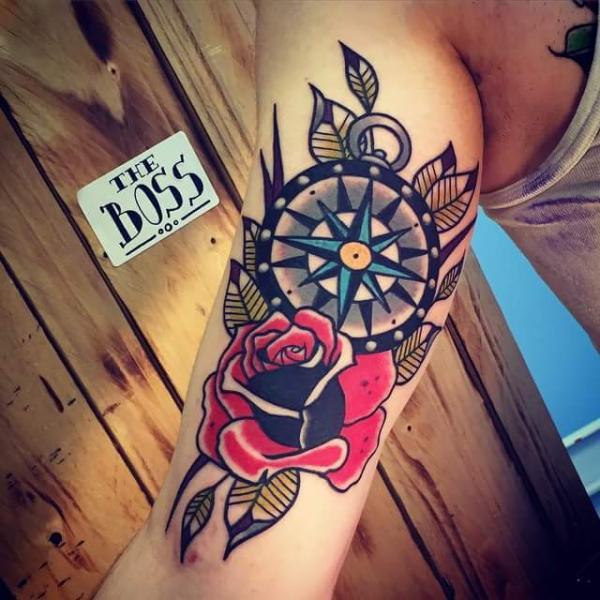 Arm Old School Rose Kompass Tattoo von Solid Heart Tattoo