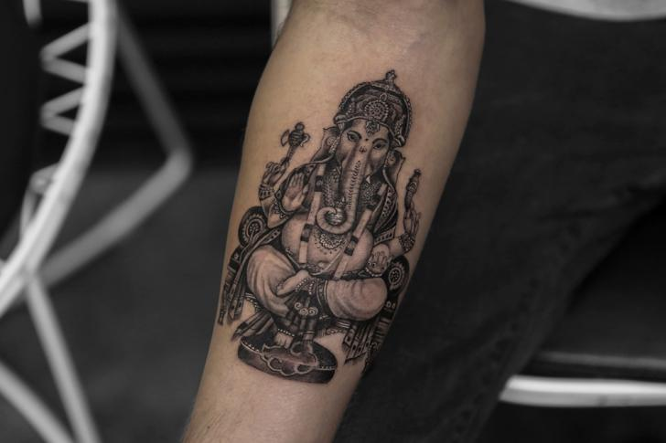Tatouage Bras Religieux Ganesh par Bang Bang