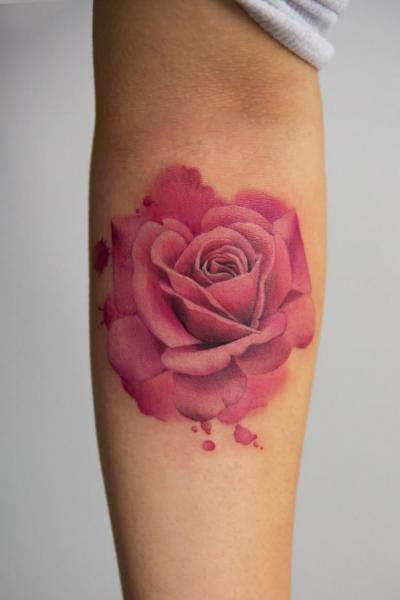 tatouage bras fleur rose par bang bang. Black Bedroom Furniture Sets. Home Design Ideas