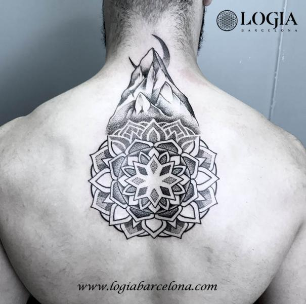 tatouage retour cou dotwork lune montagne mandala par logia barcelona. Black Bedroom Furniture Sets. Home Design Ideas