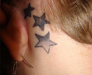 耳の後ろのタトゥー