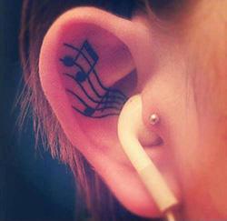 耳のタトゥー