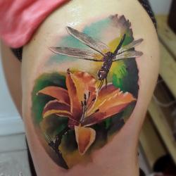 tatouages de libellule avec des fleurs