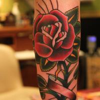 tatuaje rosa vieja escuela