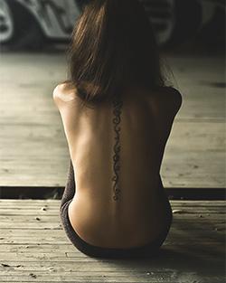 Tattoo an der Wirbelsäule