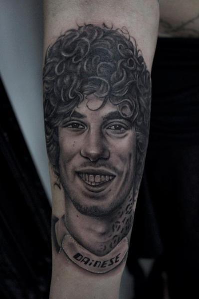 Tatuaje Brazo Retrato Realista por Dragstrip Tattoos