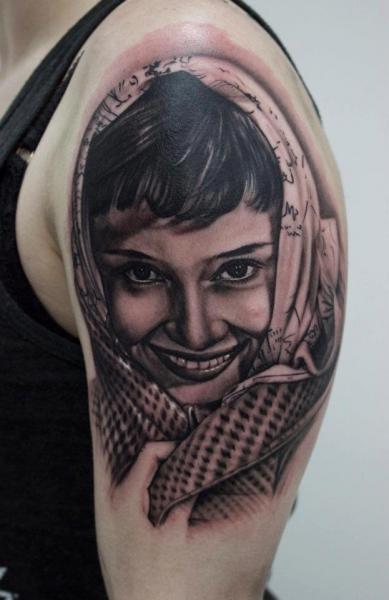 Tatuaje Hombro Retrato Realista por Dragstrip Tattoos