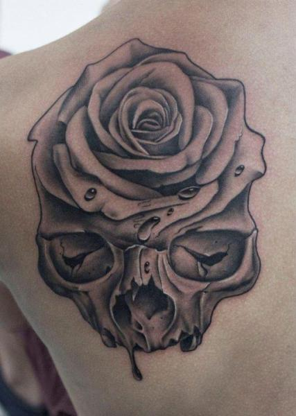 Tatuaggio Spalla Teschio Rose di Dragstrip Tattoos