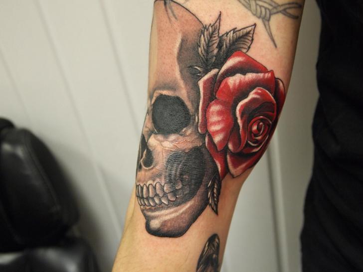 Arm Blumen Totenkopf Tattoo von Eclipse Tattoo
