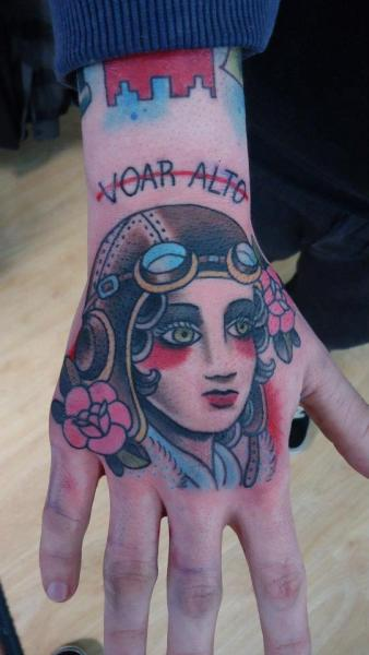 Old School Hand Tattoo von Extreme Needle