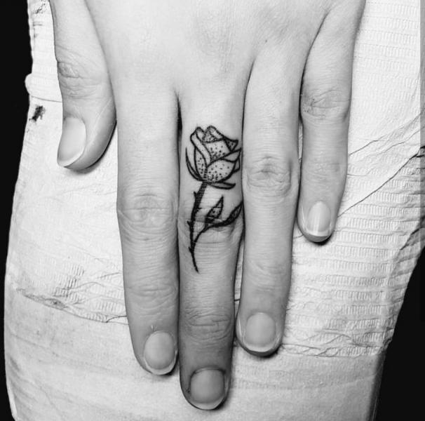 Finger Blumen Tattoo von Adrenaline Vancity