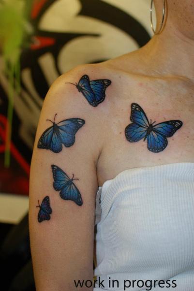 Tatuaje Hombro Brazo Mariposa por Hammersmith Tattoo