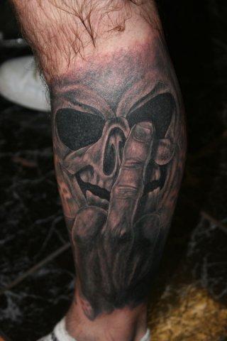 Bein Totenkopf Tattoo von Wrexham Ink