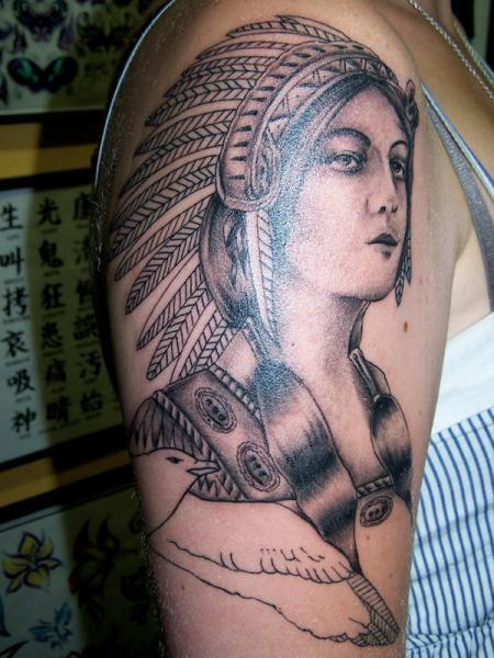 Tatuaje Hombro Realista Indio por Anchors Tattoo