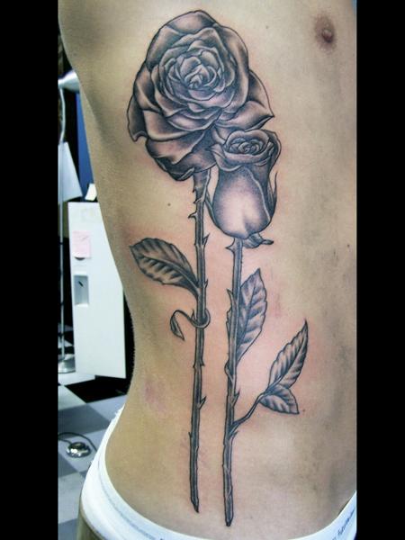 Tatuaggio Realistici Fiore Fianco di Anchors Tattoo