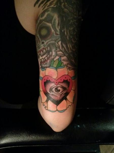 Tatuaggio Braccio Cuore Occhio di Bobby Rotten