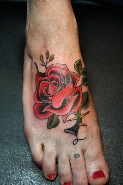Old School Fuß Blumen Tattoo von Bugaboo Tattoo