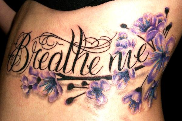 Tatuaje Flor Lado Letras por Bugaboo Tattoo