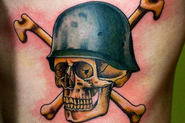 Totenkopf Knochen Knochen Helm Tattoo von Bugaboo Tattoo